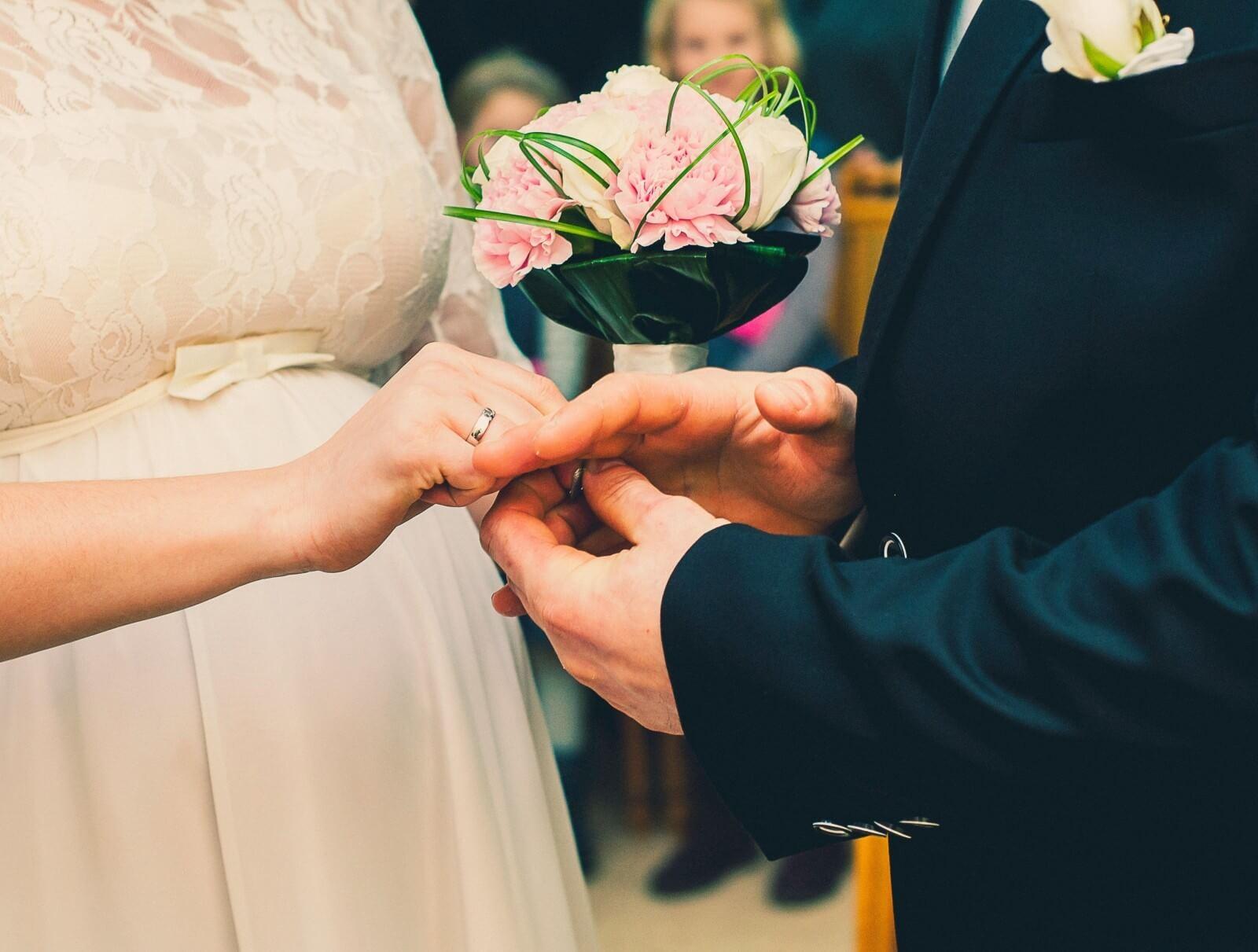 Casal troncando alianças